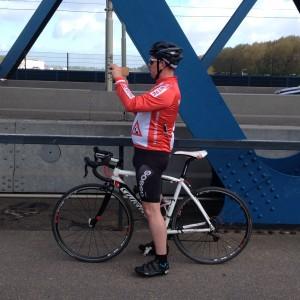 Rätt utrustning för holländsk tävlingscyklist. Inbyggd airbag har han också...